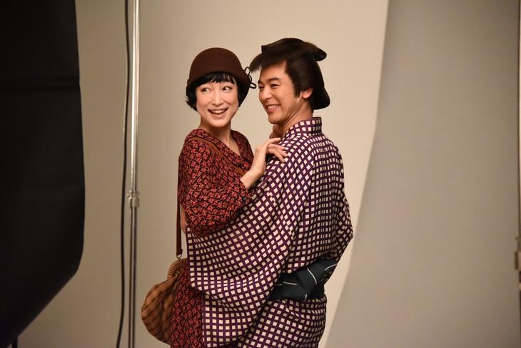 「キネマと恋人」ビジュアル撮影の様子。左から緒川たまき、妻夫木聡。