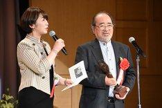中井美穂(左)にインタビューされる木村光一(右)。