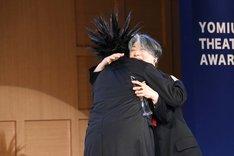 抱擁するケラリーノ・サンドロヴィッチ(左)と永井愛(右)。