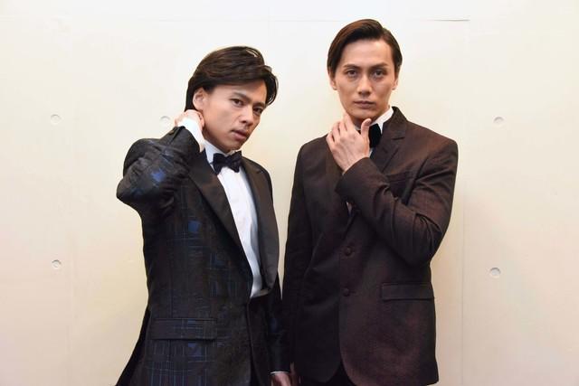 カメラに向かってポーズを決める中川晃教(左)、加藤和樹(右)。