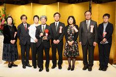 鶴屋南北戯曲賞の選考委員と平田オリザ。