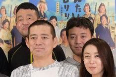 後列左から瀬口寛之、斉藤優(パラシュート部隊)。前列左から博多華丸、酒井美紀。