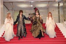 ドレス姿の共演者たちを気遣いつつ、階段を下りる浦井健治(左から2番目)。