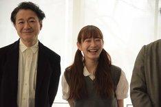 左から白井晃、岡本夏美。