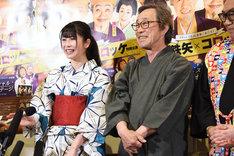 初々しい博多弁を披露する横山由依(左)。