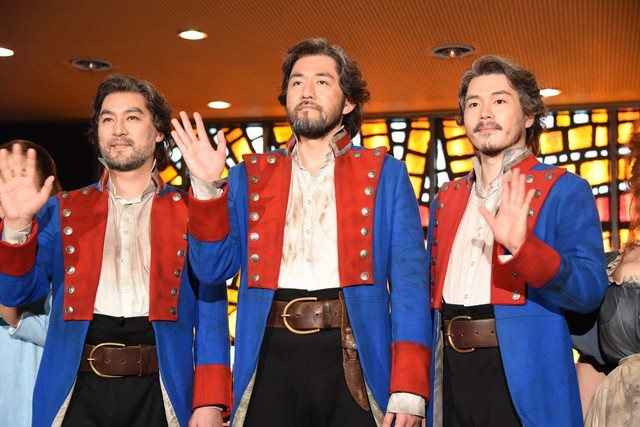 ミュージカル「レ・ミゼラブル」囲み取材より、左から福井晶一、吉原光夫、佐藤隆紀。