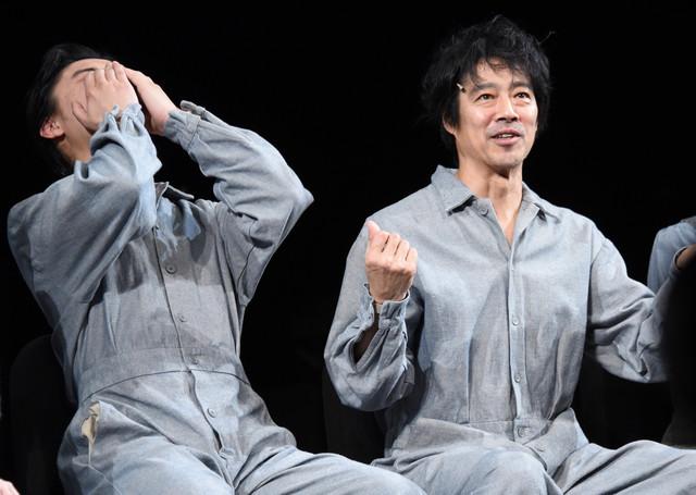 恥ずかしさのあまり両手で顔を覆う橋本良亮(左)と、橋本の秘密を暴露する堤真一(右)。