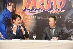 新作歌舞伎「NARUTO-ナルト-」製作発表より、「カラーコンタクトを入れるのが怖くて……」とジェスチャーを交えて語る中村隼人(左)と、隼人の様子に笑う坂東巳之助(右)。
