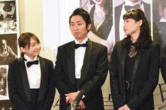 左から木崎ゆりあ、石田明、矢島舞美。