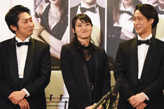 左から石田明、矢島舞美、味方良介。