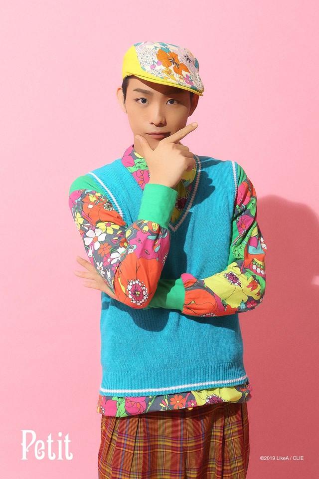 「『Like A』room[002]」ビジュアルより、齋藤健心扮するプチ。