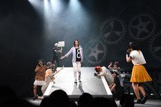 女性ファンに囲まれる東堂尽八(秋葉友佑)。