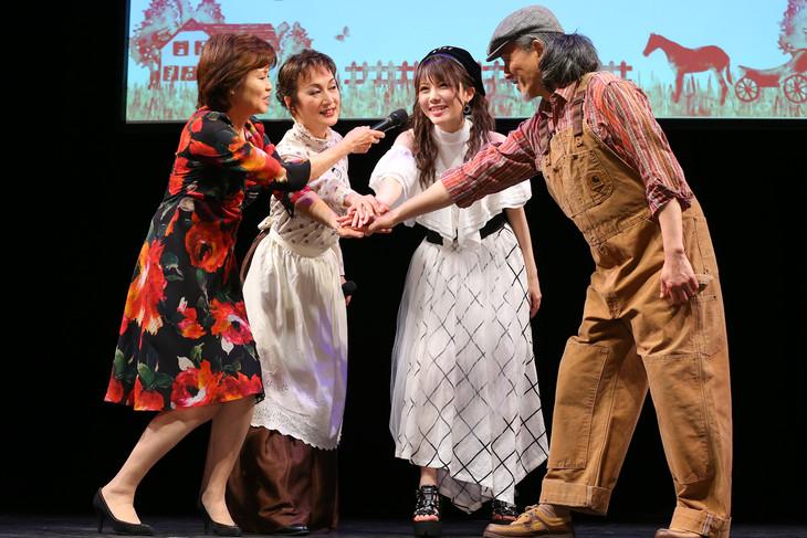 「2万人の鼓動 TOURSミュージカル『赤毛のアン』」制作記者発表会より。左からMCを務めたリンド夫人役の大和田りつこ、マリラ役の旺なつき、アン役の田中れいな、マシュウ役の越智則英。