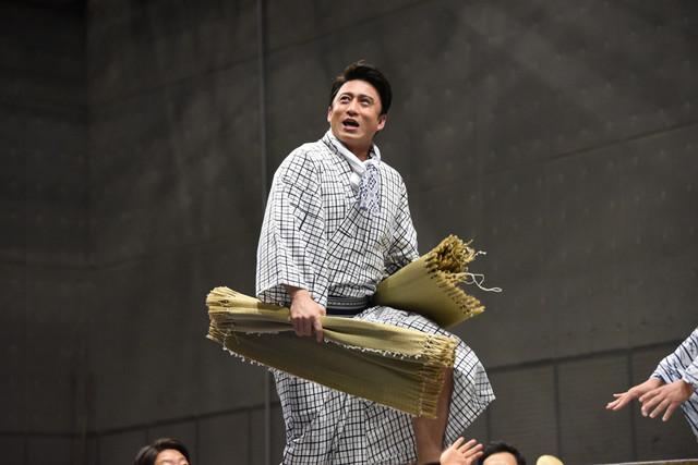 折れた帆の代わりに畳表を使うことを提案する大黒屋光太夫(松本幸四郎)。