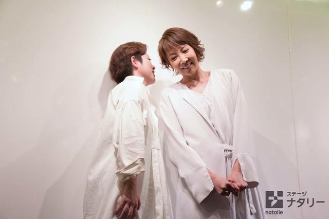 「REON YUZUKI one-man show Musical『LEMONADE』」囲み取材より、小林香(左)にアドバイスを耳打ちしてもらう柚希礼音(右)。