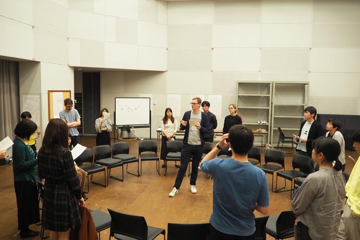 「ロイヤルコート劇場×新国立劇場 劇作家ワークショップ」の第1段階の様子。