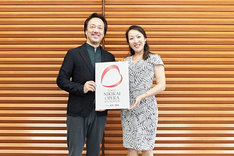 新ロゴをお披露目する黒田博(左)、森谷真理(右)。