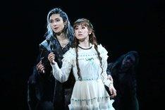 ミュージカル「エリザベート」より、左から古川雄大演じるトート、愛希れいか演じるエリザベート。