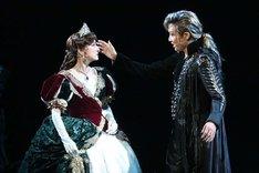 ミュージカル「エリザベート」より、左から花總まり演じるエリザベート、井上芳雄演じるトート。