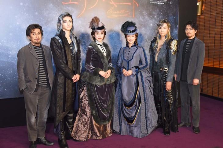 ミュージカル「エリザベート」囲み取材より、左から成河、古川雄大、愛希れいか、花總まり、井上芳雄、山崎育三郎。