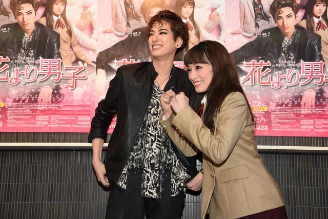 宝塚歌劇花組「TAKARAZUKA MUSICAL ROMANCE『花より男子』」囲み取材より。報道陣のリクエストに応えて即座にガッツポーズを見せる城妃美伶(右)と、城妃の勢いに笑う柚香光(左)。