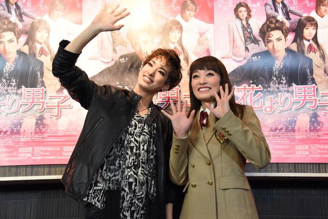 宝塚歌劇花組「TAKARAZUKA MUSICAL ROMANCE『花より男子』」囲み取材より、左から柚香光、城妃美伶。