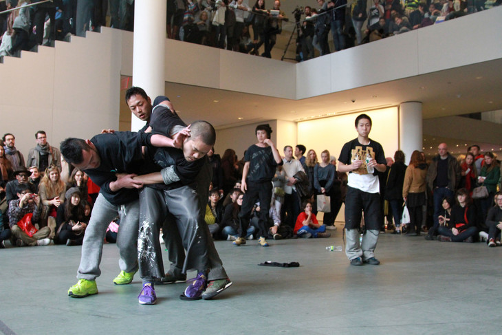 contactGonzo、ニューヨーク近代美術館(MoMA)「Performing Histories: Live Artworks Examining the Past」展のためのパフォーマンスの様子。(Photo by Choy Kafai)