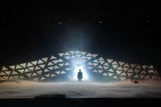 「スーパー歌舞伎II(セカンド)ヤマトタケル」プレゼンショーより、スモークの中から姿を現す市川猿之助。
