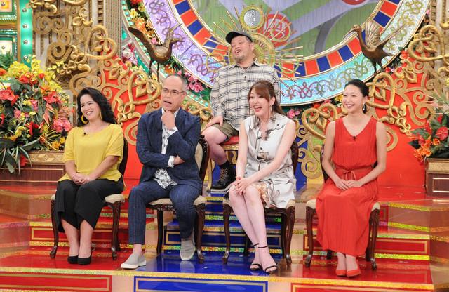 MBS・TBS系「プレバト!!」に挑戦する出演者。下段左から3番目が朝夏まなと。(c)MBS