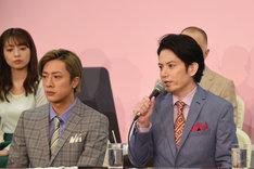 前列左から内博貴、佐藤アツヒロ。