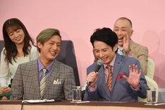 内博貴(前列左)の発言に照れ笑いする佐藤アツヒロ(前列右)。
