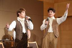 司会者のリクエストに応え、即興で歌声を披露する松本幸大(左)、松崎祐介(右)。