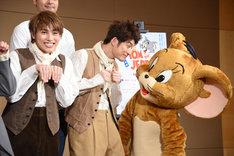 ジェリーと見つめ合う松崎祐介(中央)。左はネズミをイメージしたポーズをとる松本幸大。