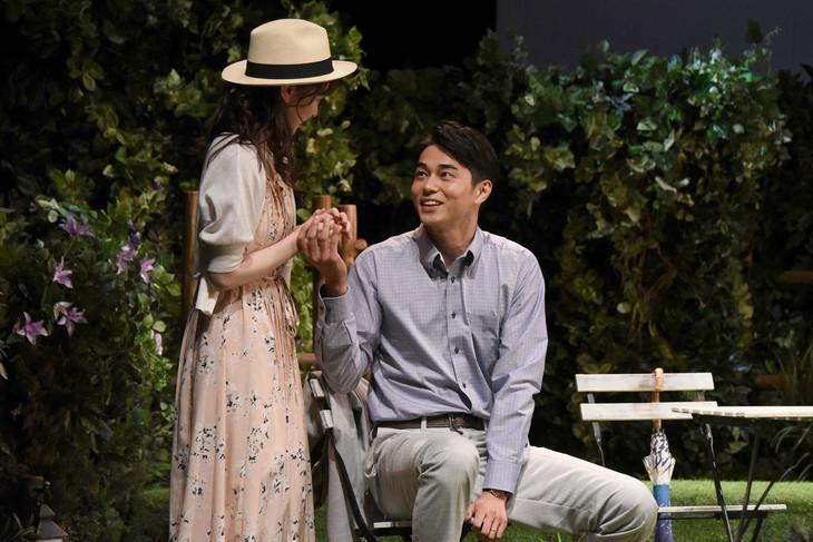 M&Oplaysプロデュース「二度目の夏」フォトコールより、左から水上京香、東出昌大。