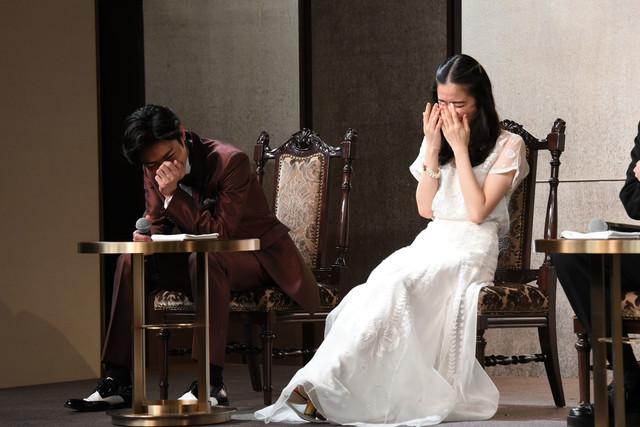 廣瀬友祐に「彼の最大の魅力は……まゆげですね!」とコメントされ笑う木村達成(左)。