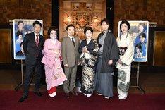 左から長谷川純、山村紅葉、中村梅雀、波乃久里子、喜多村緑郎、河合雪之丞。