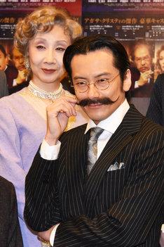 「オリエント急行殺人事件」囲み取材より、エルキュール・ポアロをイメージしたポーズをとる小西遼生。