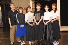 「A New Musical『FACTORY GIRLS~私が描く物語~』」囲み取材より、左から板垣恭一、清水くるみ、ソニン、柚希礼音、実咲凜音、石田ニコル。