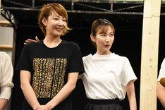 「A New Musical『FACTORY GIRLS~私が描く物語~』」囲み取材より、「柚希さんを教える役どころなので……」と柚希礼音(左)の方に手を置く実咲凜音(右)。