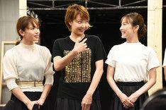 「A New Musical『FACTORY GIRLS~私が描く物語~』」囲み取材より、締めの挨拶を求められ、「あ、私?」と自分を指す柚希礼音(中央)。左はソニン、右は実咲凜音。