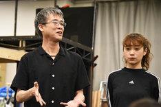 「A New Musical『FACTORY GIRLS~私が描く物語~』」囲み取材より、左から板垣恭一、清水くるみ。