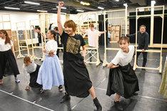 「A New Musical『FACTORY GIRLS~私が描く物語~』」稽古場より。