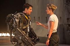 映画「オール・ユー・ニード・イズ・キル」より、トム・クルーズ演じるケイジ(左)と、エミリー・ブラント演じるリタ。