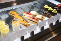 色鮮やかなケーキが並ぶ、パティスリーパクタージュのウィンドウ。