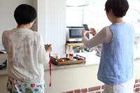 ケーキを撮影する(左から)杉本亜未と福田里香。