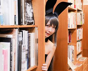 本棚からひょっこり顔を出してみたり。