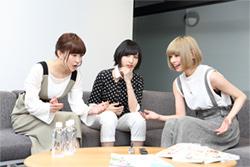 左から高橋未奈美、佐倉綾音、最上もが。