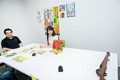 ガーランドのモデルガンを見る高田慎一郎(左)と上坂すみれ。