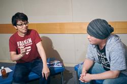 左から篠原健太、安藤正臣監督。