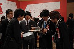 映画「バクマン。」より、手塚賞授賞式でのシーン。